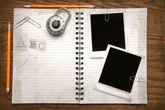 Weißes Exemplarbuch, -bleistifte und -polaroide Lizenzfreies Stockfoto