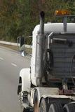 Weißes Fahrerhaus eines LKW von hinten Stockfotos