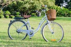 Weißes Fahrrad mit Korb im Park Lizenzfreies Stockbild