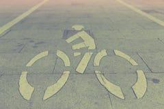 Weißes Fahrradzeichen auf Wegweise Lizenzfreies Stockfoto