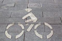 Weißes Fahrradzeichen auf Wegweise Lizenzfreie Stockfotografie