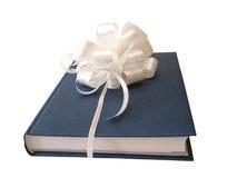 Weißes Farbband gebundenes blaues Buch Stockfotografie