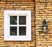 Weißes Fenster auf Backsteinmauer Stockfotografie