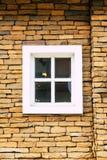 Weißes Fenster auf Backsteinmauer Lizenzfreie Stockfotografie