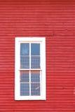 Weißes Fenster auf Rot Stockfotografie