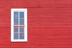 Weißes Fenster auf Rot Lizenzfreie Stockfotografie