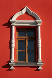 Weißes Fenster auf roter Wand Lizenzfreies Stockbild