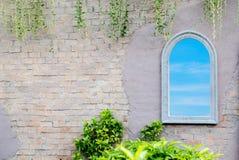 Weißes Fenster, das blauen Himmel und Wolke reflektiert Stockbilder