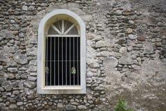 Weißes Fenster in der alten grauen Steinwand Alte mittelalterliche Architektur Lizenzfreies Stockfoto