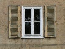 Weißes Fenster mit Blendenverschlüssen Stockfotos