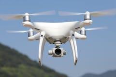 Weißes ferngesteuertes Drohnenfliegen Lizenzfreie Stockfotografie