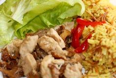 Weißes Fleisch mit Reis und Gemüse stockbilder
