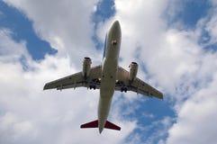Weißes Flugzeug und Wolken Lizenzfreie Stockfotografie
