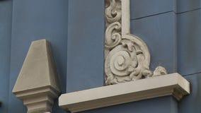 Weißes Formteil auf blauem Gebäude stock footage