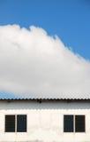 Weißes Gebäude auf einem blauen Himmel Stockfoto