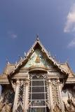 Weißes Gebäude des thailändischen Tempels Stockfotografie