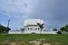 Weißes Gebäude des thailändischen Tempels, Thailand Lizenzfreies Stockfoto