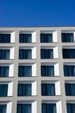Weißes Gebäude gegen einen blauen Himmel Lizenzfreies Stockfoto