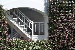 Weißes Gebäude im Garten Lizenzfreie Stockfotos