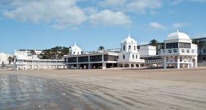 Weißes Gebäude im Sand Stockbild