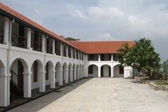 Weißes Gebäude mit Bögen Stockfoto
