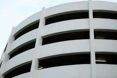 Weißes Gebäude mit Rohr des Leuchtstofflichtes Stockbild