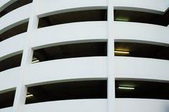 Weißes Gebäude mit Rohr des Leuchtstofflichtes Lizenzfreie Stockfotografie