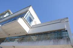 Weißes Gebäude mit zerbrochenen Fensterscheiben gegen blauen Himmel Geraden des Gebäudes Foto von der Unterseite zu übersteigen lizenzfreie stockbilder