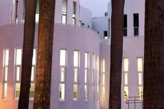 Weißes Gebäude und Bäume Stockfotos