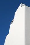 Weißes Gebäude und blauer Himmel Stockbild