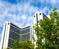 Weißes Gebäude und grüne Bäume Lizenzfreies Stockfoto