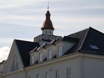 Weißes Gebäudeschwarzdach Stockbilder