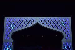 Weißes geometrisches Tor nachts für eine Hochzeit Lizenzfreies Stockfoto