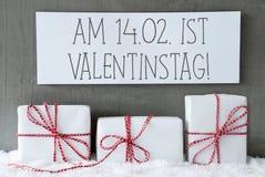 Weißes Geschenk auf Schnee, Valentinstag bedeutet Valentinsgruß-Tag Stockfotos