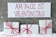 Weißes Geschenk mit Schneeflocken, Valentinstag bedeutet Valentinsgruß-Tag Lizenzfreies Stockfoto