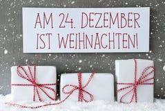 Weißes Geschenk mit Schneeflocken, Weihnachten bedeutet Weihnachten Stockbild