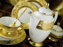 Weißes Geschirr eingestellt mit Goldordnung Lizenzfreie Stockbilder
