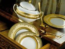 Weißes Geschirr eingestellt mit Goldordnung Stockfoto
