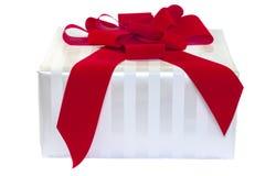 Weißes gestreiftes Geschenk mit rotem Bogen Stockfoto