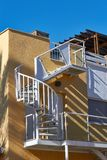 Weißes gewundenes Treppenhaus stockbild