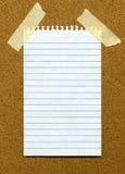 Weißes gezeichnetes unbelegtes Papier auf einem noticeboar Stockfotos