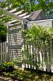 Weißes Gitter in einem Garten stockbild