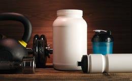 Weißes Glas der grauen Tuch Proteindrinkflasche Dummkopf-Platte mit wh stockbilder