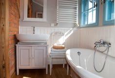 Weißes graues rustikales Badezimmer mit Fenster Lizenzfreies Stockbild