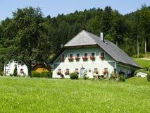 Weißes großes Haus in den Alpen Lizenzfreies Stockfoto