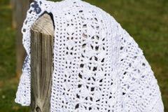 Weißes Häkeln auf dem hölzernen Pfosten Stockfotos