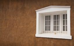Weißes hölzernes Fenster auf Adobe-Gebäude in Santa Fe, New Mexiko Stockfotos