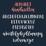 Weißes handgeschriebenes lateinisches Kalligraphiebürstenskript mit Zahlen und Symbolen Kalligraphisches Alphabet Vektor lizenzfreie abbildung