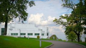 Weißes Haus auf dem Hügel stock footage