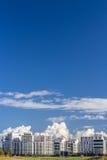 Weißes Haus auf dem Horizont Stockfoto